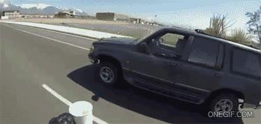 Enlace a Lo más curioso no es que le recoja la taza del coche en marcha, sino que además lo está grabando