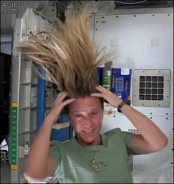 Enlace a Así te lavas el pelo en el espacio