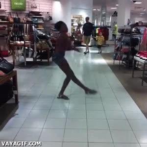 Enlace a Practicaré mis pasos de baile cerca de este puesto de bolsos