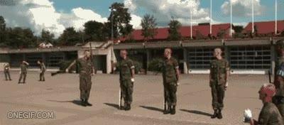 Enlace a Cuatro soldados y un rifle, que empiece el espectáculo
