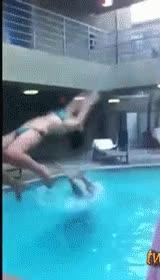 Enlace a Va, hagamos un mortal hacia atrás en la piscina, yo los hago muy bien...
