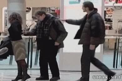 Enlace a Broma de una chica con novio coqueteando en público
