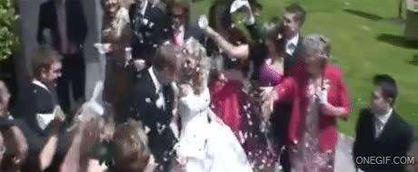 Enlace a ¡Abuela! Te dije que tirarás confeti en nuestra boda, no champán