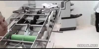 Enlace a Máquina que monta y lanza avioncitos de papel