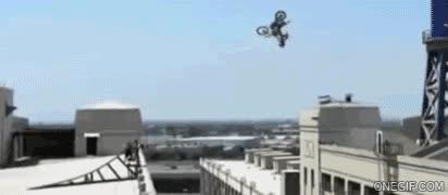 Enlace a Espectacular salto de un edificio a otro con la moto