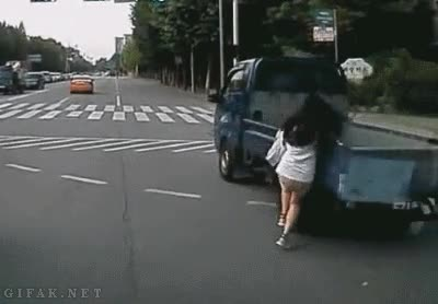 Enlace a Es peligroso hablar por teléfono al cruzar la calle