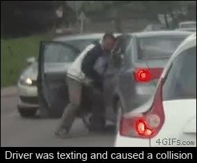 Enlace a Un conductor causa un accidente por mirar el móvil y ésta es la venganza del otro conductor