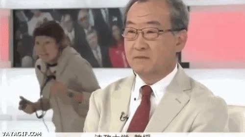 Enlace a Hasta en la tele japonesa hay quién no puede evitar cagarla y aparecer en pantalla sin querer