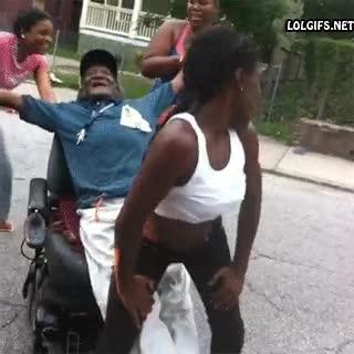 Enlace a ¿Cómo hacer inmensamente feliz al abuelo en silla de ruedas?