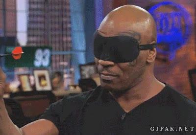 Enlace a Mike Tyson hace dos dianas jugando a los dardos con los ojos vendados