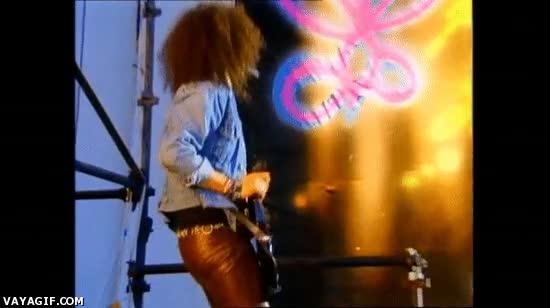 Enlace a Todos sabemos que a Slash le gusta tocar la guitarra, pero no de esta manera