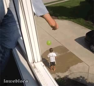 Enlace a Querer mojar a tu hijo con un globo de agua y acabar rompiéndole la espalda