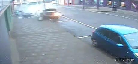 Enlace a La mala suerte del coche azul tan tranquilamente aparcado sin hacer daño a nadie...