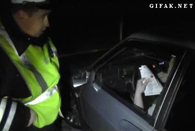 Enlace a Los policías rusos no se están con tonterías al pedir los papeles del coche