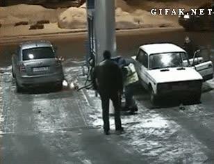 Enlace a Siempre me he preguntado cómo se puede prender fuego un depósito de coche mientras pones gasolina