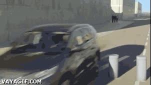 Enlace a No quieras saber cómo queda el coche tras chocarse con estos postes