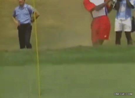 Enlace a Michael Jordan aplicando su habilidad encestadora en el golf
