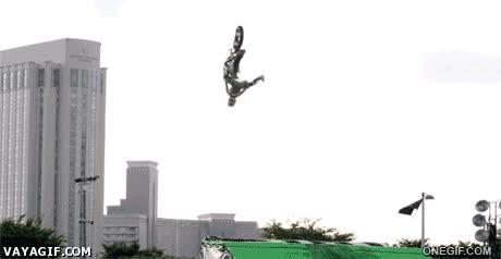 Enlace a Impresionante truco soltando la moto en el aire y volviéndola a coger