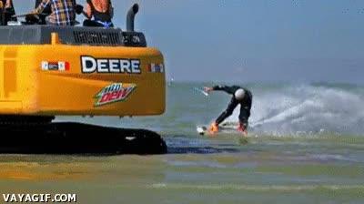 Enlace a ¿Quién necesita olas para hacer surf? ¡Yo tengo una excavadora!