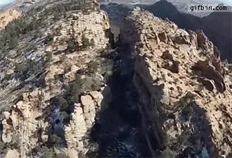 Enlace a Rozando la montaña con un wingsuit