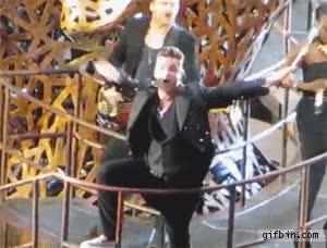 Enlace a Robbie Williams en su último concierto