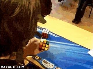 Enlace a Si resolver el cubo de Rubik con las dos manos era complicado, imagina esto