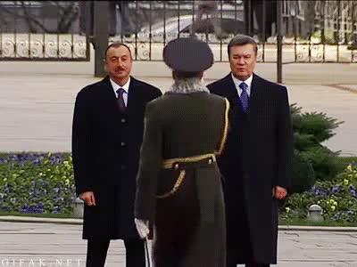 Enlace a El jefe de la guardia del Presidente de Ucrania y su particular saludo fail