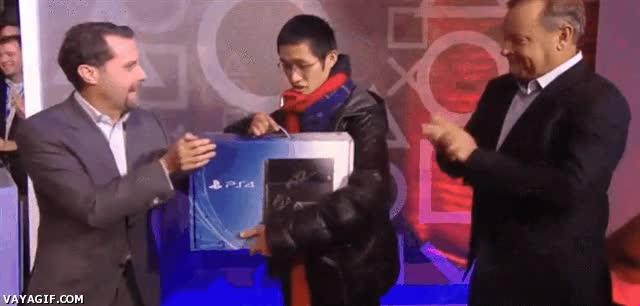 Enlace a El momento de la entrega de la primera Playstation 4