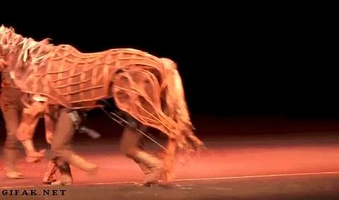 Enlace a Se necesitan tres actores para llevar este caballo a la vida