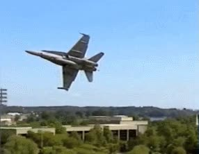 Enlace a Un caza del ejército volando a ras de estadio