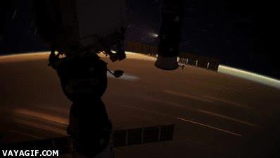 Enlace a Así orbita un satélite alrededor de la Tierra, no va precisamente lento, no...