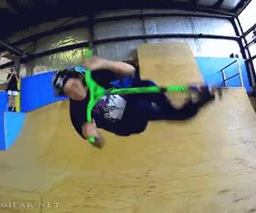 Enlace a ¿Quién necesita rampas o impulso para hacer un backflip con un patinete?