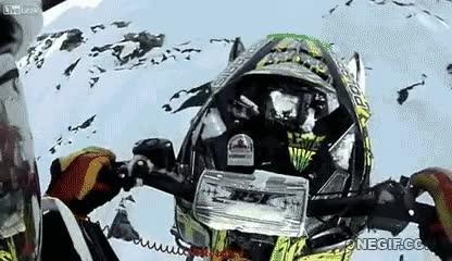 Enlace a Salto de vértigo con moto de nieve en primera persona