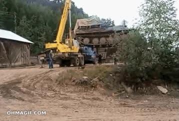 Enlace a Cargando un tanque con una grúa, no fue una buena idea