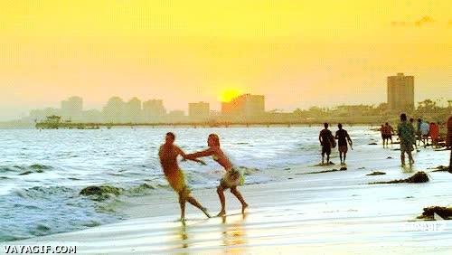 Enlace a Si tu novia te pilla mirando a otra en la playa