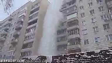 Enlace a Una olla con agua caliente lanzada desde un balcón a -30ºC