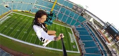 Enlace a ¿Qué tal una mezcla entre bungee jumping y tirolina por encima de un estadio de fútbol americano?