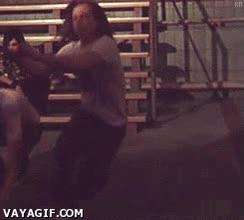 Enlace a Querer bajar en plan guay por unas escaleras delante de la gente y...