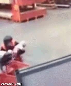 Enlace a Un vigilante pilla al vuelo a un bebé que se caía de un carrito de la compra