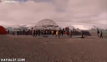 Enlace a Metallica dando un concierto en la Antártida y los pingüinos flipando