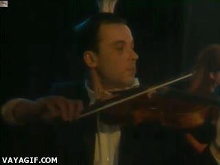 Enlace a Los pequeños problemas técnicos del que se pone a la izquierda de un violinista