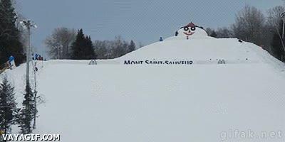 Enlace a 30 personas haciendo un backflip con esquís en la nieve