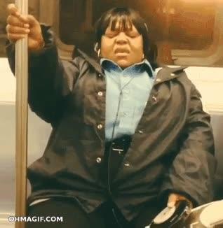 Enlace a Señora sintiendo la música a tope en el metro