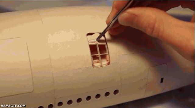 Enlace a Maqueta de avión con compuertas plenamente funcionales