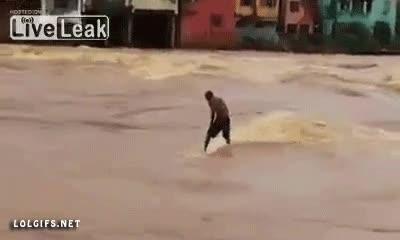 Enlace a Al mal tiempo, buena cara, surfeando en una inundación