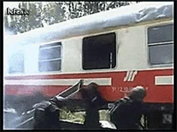 Enlace a Impresionante equipo policial de asalto entrando en un tren secuestrado