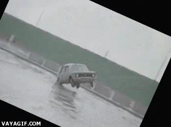 Enlace a En la Rusia soviética, los coches no vuelcan, vuelca la cámara que los graba