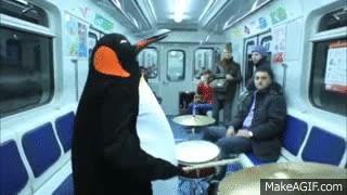 Enlace a Típico, subirse al metro y encontrarte a un pingüino tocando la batería