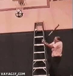 Enlace a Bajar una pelota con un bate teniendo una escalera, ¿a quién se le ocurriría?