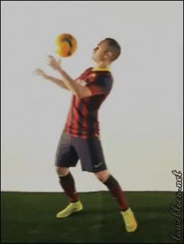Enlace a Iniesta, ese jugador que se la puede pasar a él mismo
